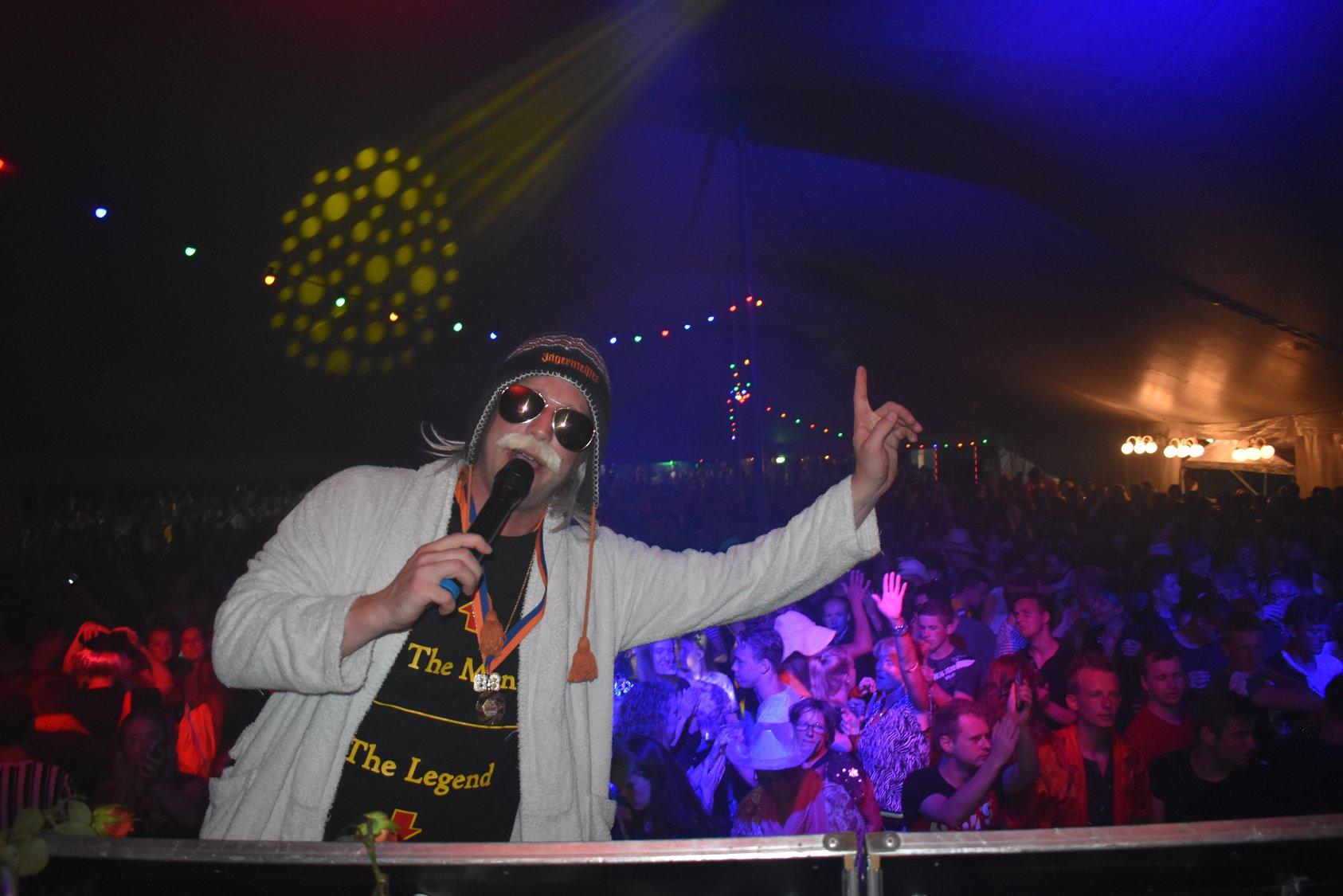 Barry Badpak op het Flippofeest in Hoogmade. Juh! Neem contact met ons op via het contactformulier op deze pagina